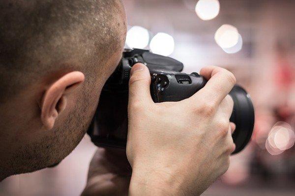 Fotografarsi da separati in casa: cosa rischio?