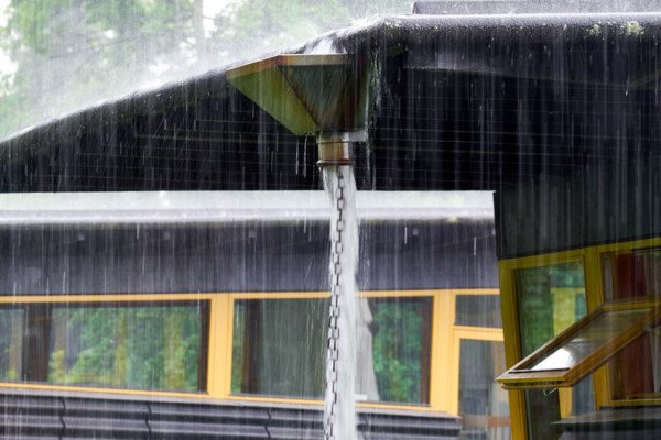 Se piove acqua dal tetto del condominio chi paga?