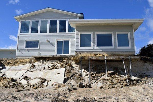 Risarcimento danni in condominio: chi paga?