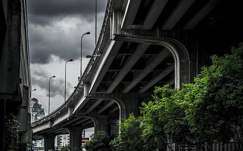 Se il Comune costruisce una strada o un ponte davanti casa