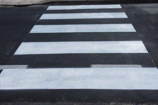 A quanti metri dalle strisce pedonali si può attraversare?