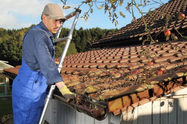 Togliere la scala a chi sta sul tetto è reato
