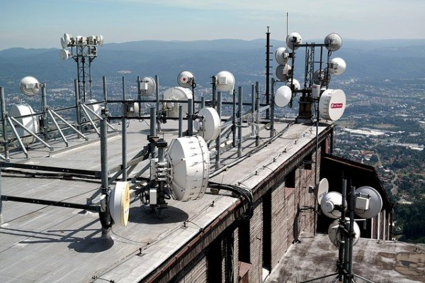 Si può mettere un'antenna sulla terrazza di proprietà del vicino?