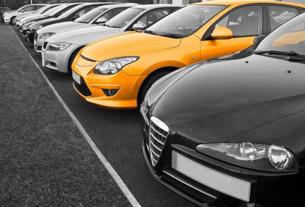 La concessionaria può vendere l'auto senza assicurazione?