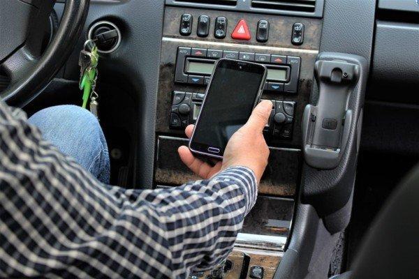 Cosa rischia chi telefona in auto da fermo o al semaforo?