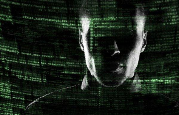 Il dipendente che spia nei profili dei clienti si può licenziare