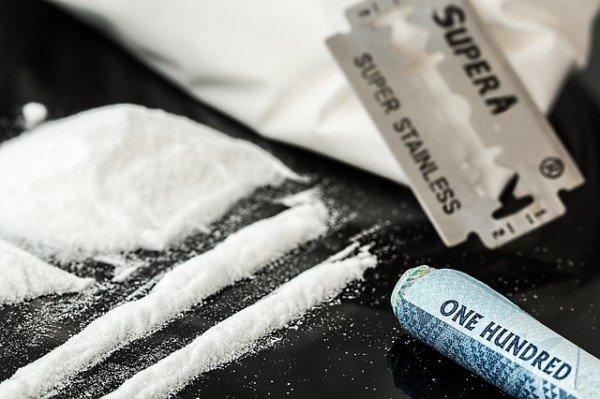 Che succede se mi trovano con qualcuno che ha con sé droga?