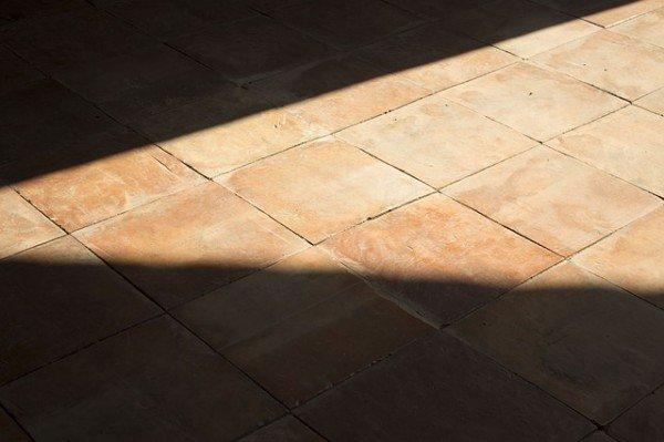 Pavimento di piastrelle ruvida con mm di spessore grigio
