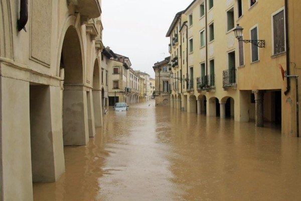 Locali allagati dalla pioggia: posso chiedere i danni al Comune?