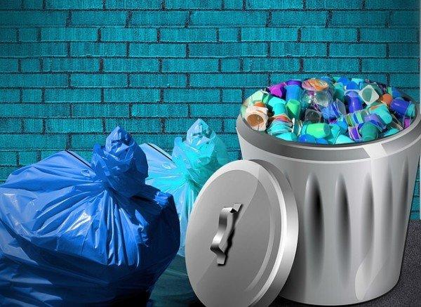 Cassonetti della spazzatura sotto le finestre: che fare?