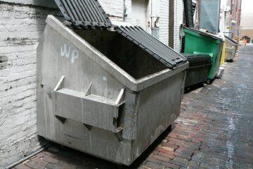 Cassonetti rifiuti troppo vicini: che fare