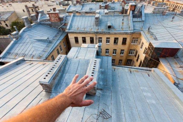 Si può far passare i fili dal balcone del vicino di casa?