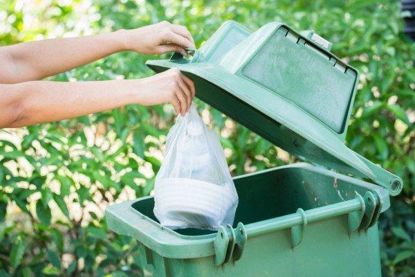 Si può gettare la spazzatura nei bidoni di un altro palazzo?