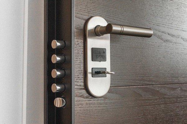 Se cambio la serratura a mio marito è reato?