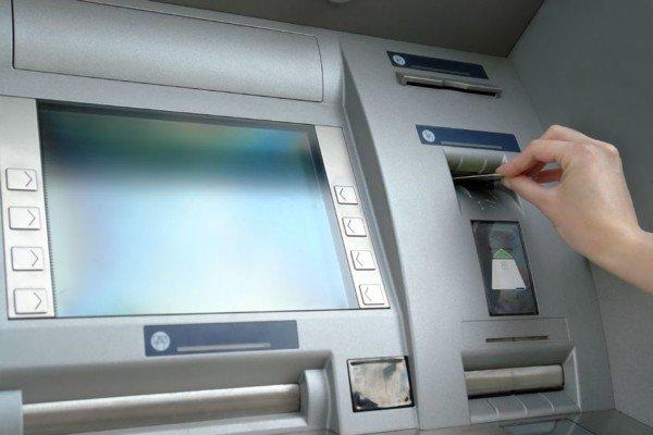 Come prelevare con carta di credito e versare con Bancomat