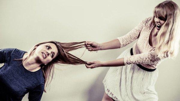Tirare dai capelli una persona, che rischio?
