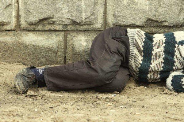 Dormire per strada: è lecito o c'è una multa?