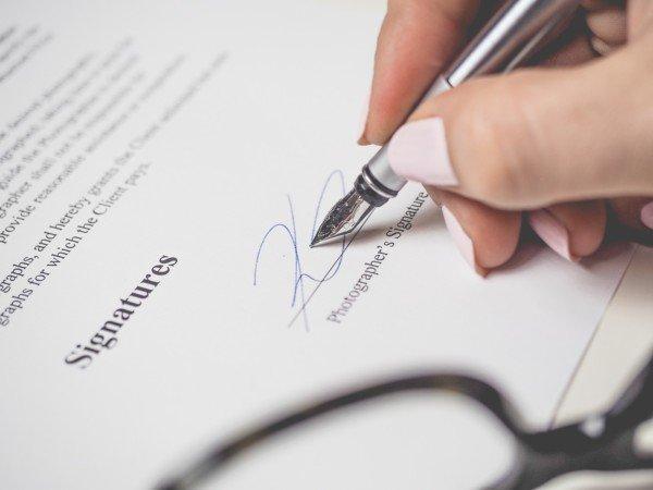 Firma di un contratto: basta una sigla?
