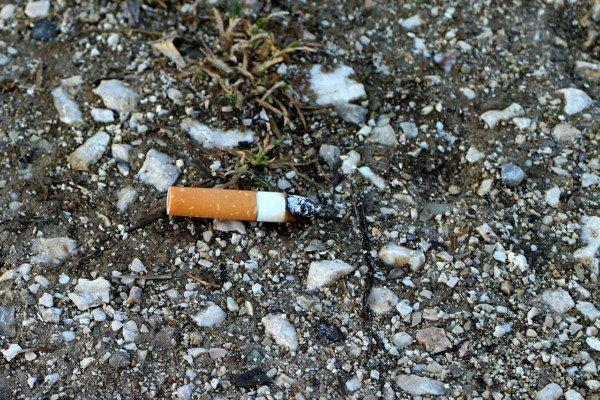Gettare mozziconi sigarette per terra: cosa rischio