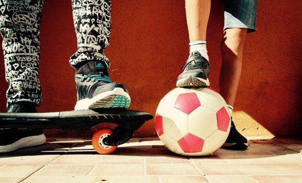 Rumori nel giardino di condominio: tagliare il pallone è reato?