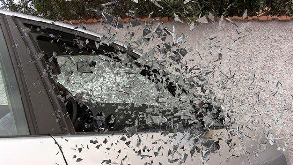 Tirare sassi contro le auto non è più reato