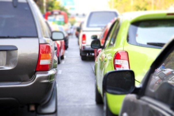 Superare auto ferme in fila al semaforo: che si rischia?