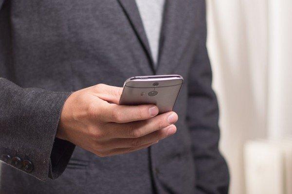 Si può vietare il cellulare al lavoro?