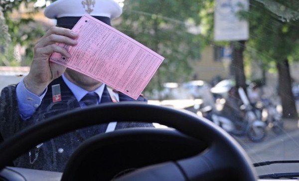 Si può contestare una multa non consegnata?