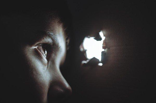 Nascondersi per sentire cosa dice una persona è reato?
