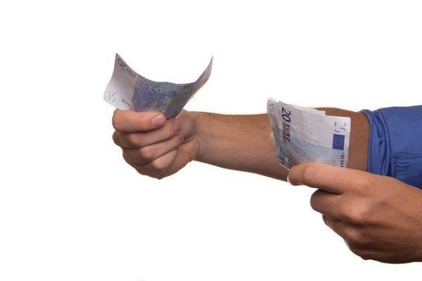 Soldi dati a un amico: è un prestito o un regalo?