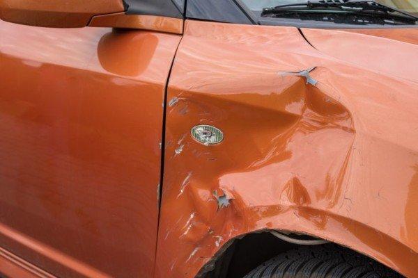 Rigare l'auto è reato?