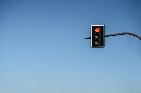 Se passo col semaforo rosso senza superare l'incrocio rischio la multa?