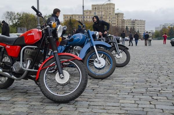 Se la moto ferma mi cade addosso l'assicurazione risarcisce?