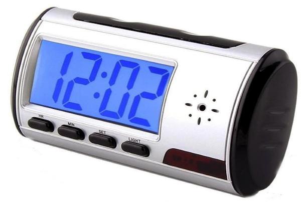 Orologio sveglia con telecamera nascosta: è legale?