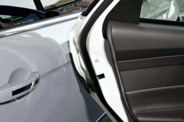Sportello aperto in un parcheggio: l'assicurazione paga i danni?