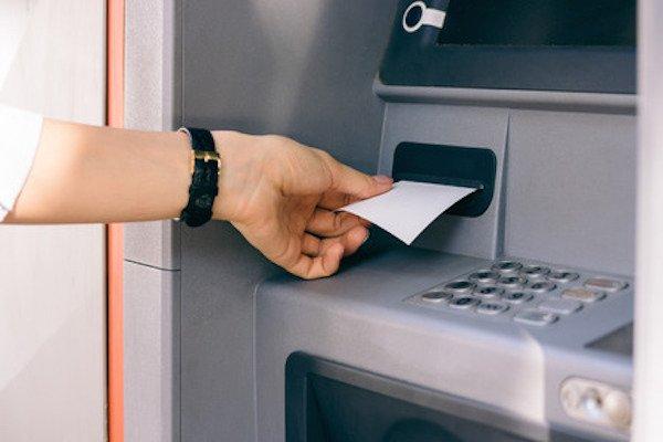 Prelievo bancomat: quanto costano le commissioni?