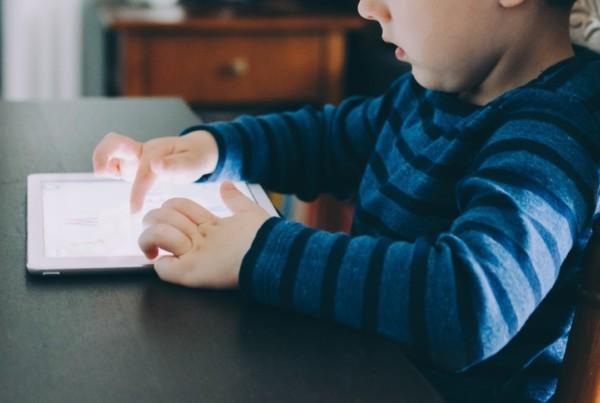 Smartphone e tablet ai bambini: cosa sapere
