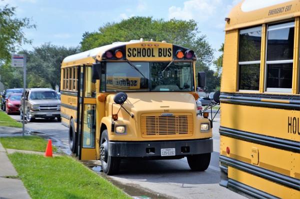 Lo scuolabus deve aspettare che gli alunni si allontanino