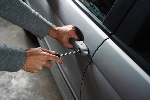 Auto rubata: come fare se arriva una multa
