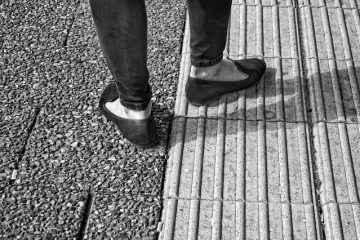 Caduta su marciapiede condominiale: Comune responsabile?