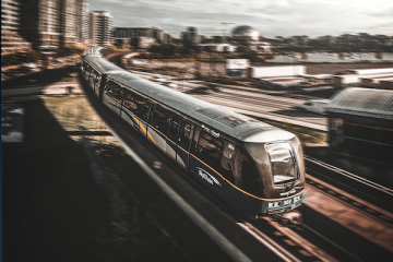 Treno in ritardo: spetta un risarcimento oltre al rimborso?