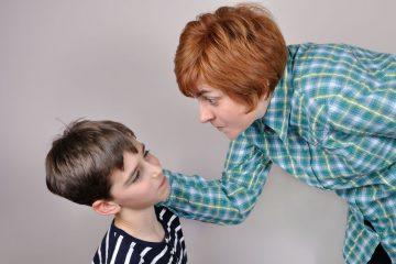 Maestra di scuola picchia gli alunni: cosa fare?