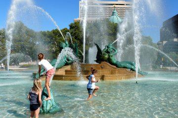 Fare il bagno in una fontana pubblica è reato?