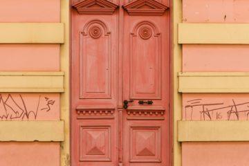 Danneggiare il portone di un edificio è reato?