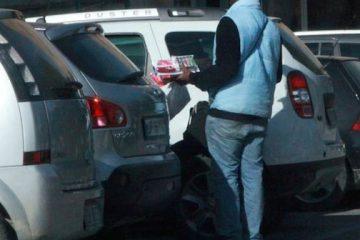 Venditore ambulante invadente: si può denunciare chi stressa i passanti?