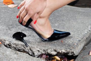 Tacco rotto per strada: spetta il risarcimento?