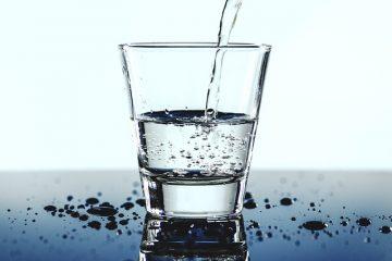 Quanti litri di acqua bisogna bere al giorno?