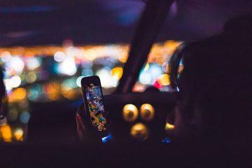 Cellulare alla guida: quando è consentito l'uso