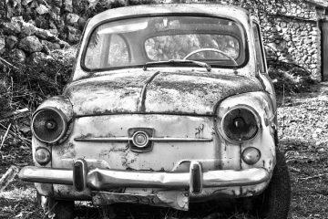 Auto abbandonata su suolo pubblico