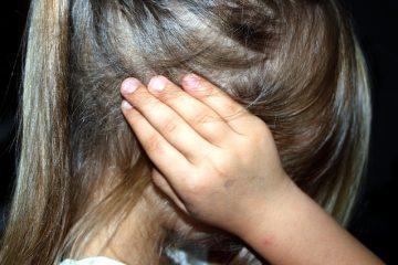 Bambino si tappa orecchie se sente rumore: che significa?